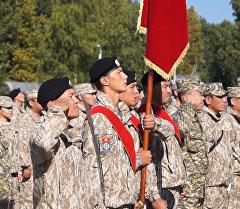 Кыргызстанский контингент ОДКБ прошел маршем и поднял флаг под Псковом