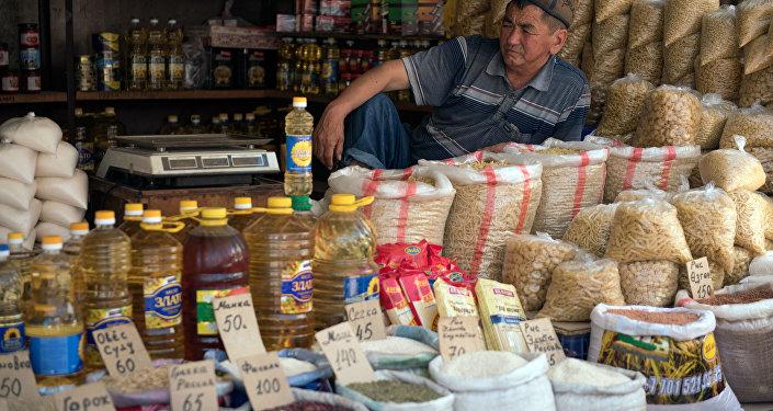 Продавец на одном из рынков Бишкека. Архивное фото