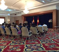 Президент Алмазбек Атамбаев мамлекеттик резиденцияда өтүп жаткан салтанатта жергиликтүү жогорку окуу жайлардын 46 студентин мактоо грамотасын жана стипендия менен сыйлады.