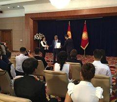 Глава государства Алмазбек Атамбаев во время торжественного награждения стипендиатов в госрезиденции Ала-Арча.