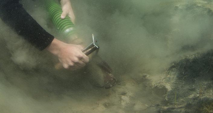 Аквалангистам удалось поднять со дна много находок — целый керамический сосуд, большое количество черепков, металлические подвески и нашивки и другие артефакты.