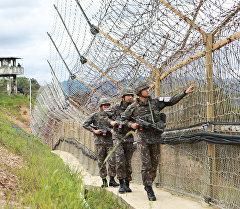 Түштүк Кореялык чек арачылар Түндүк Корея менен болгон чек арада. Архивдик сүрөт