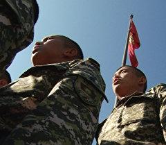 Келечектеги офицерлер Эгемендик күнүнө карата мамлекеттик гимнди аткар