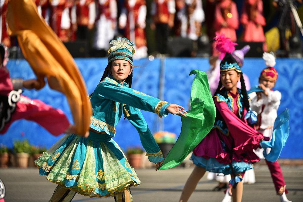 Майрамдык оюн-зооктордун башкы темасы Кыргызстан элдеринин улуттук каада-салттары болду