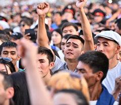 Зрители на площади Ала-Тоо. Архивное фото