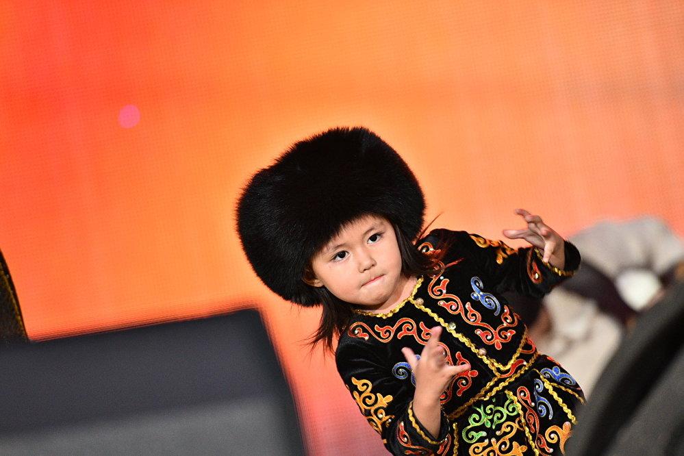 Юная участница концерта — девочка на подтанцовке под песню Кара жорго
