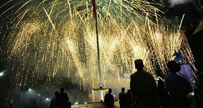 Салют в День независимости Кыргызстана на площади Ала-Тоо. Архивное фото