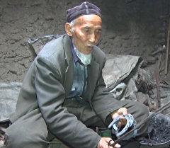 Ручные меха и древесный уголь. Мастерская кузнеца в Баткене