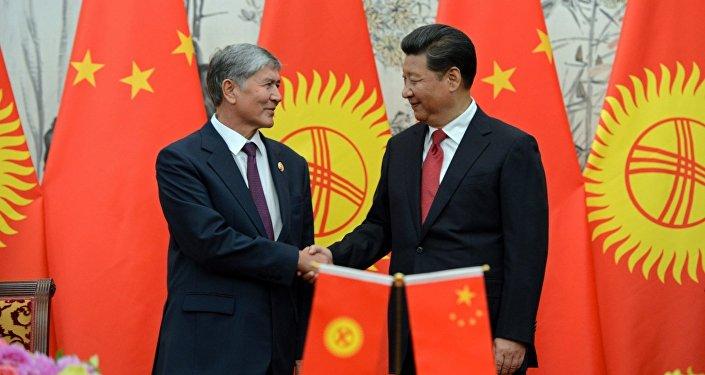 Архивное фото президента Кыргызстана Алмазбека Атамбаева и главы Китая Си Цзиньпина