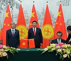 Кыргызстандын президенти Алмазбек Атамбаева жана Кытай төрагасы Си Цзиньпинем.