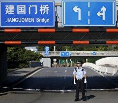 Пекинде полиция кызматкери. Архив
