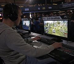 Юноша играет компьютерную игру. Архивное фото