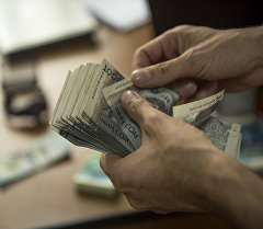 Мужчина пересчитывает деньги. Архивное фото