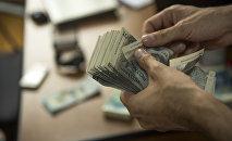 Пачка денег номиналом в тысячи сом. Архивное фото