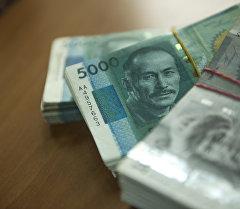 Кыргызстандык беш жана бир миң купюралыры. Архив