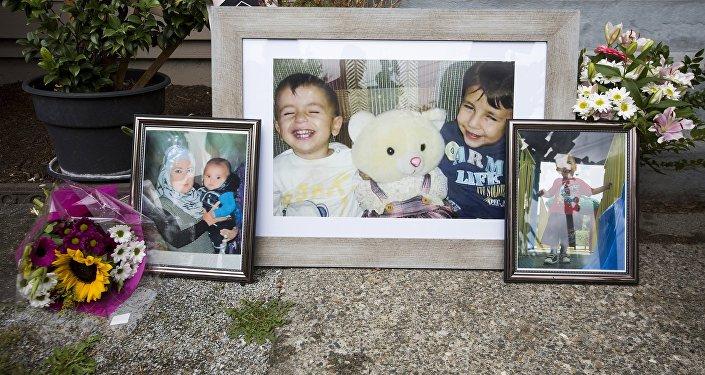 Фотография Айлана Курди и его брата в рамке