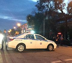 Милиционеры на месте оцепления в районе магазина детских игрушек, расположенного по проспекту Чуй на пересечении с улицей Гоголя