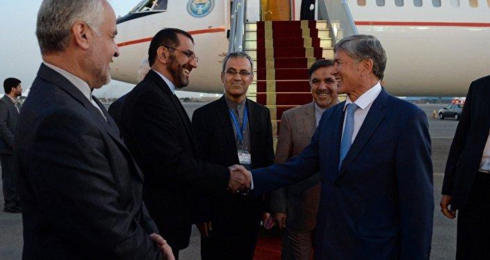 Президент Алмазбек Атамбаев с Президентом Ирана Хасаном Роухани.