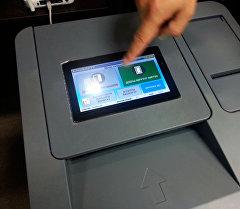 Меню электронных урн для голосования. Архивное фото