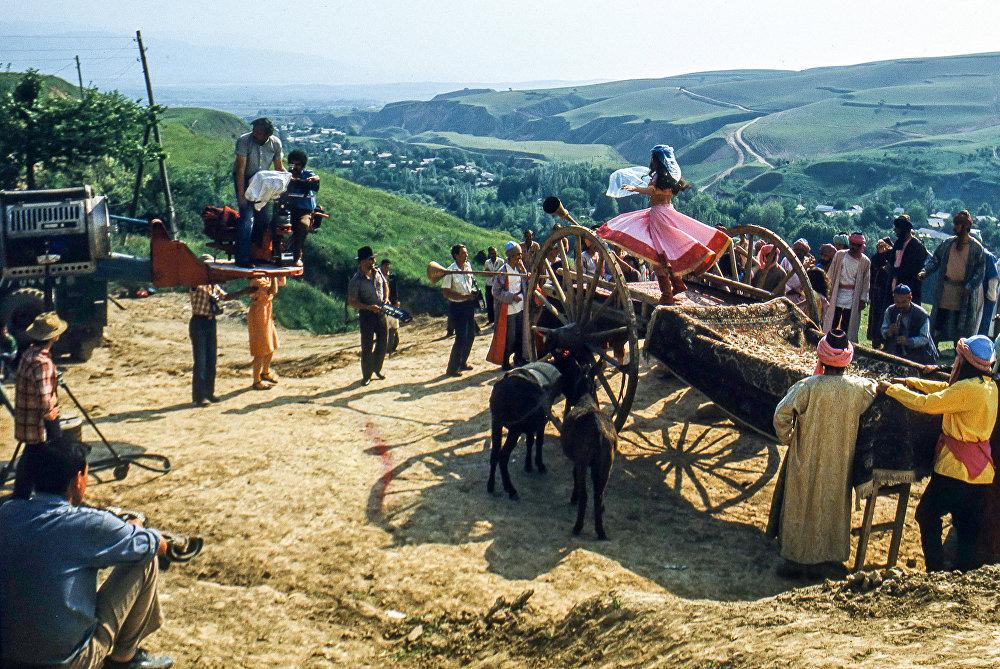 Тасманын көпчүлүк бөлүгү Вахдат районунун байыркы кыштактарынын бири Симиганчта тартылган