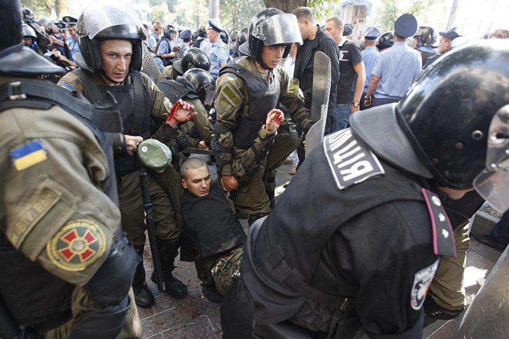 Столкновения между митингующими и правоохранителями у здания Верховной рады в Киеве