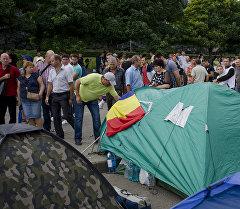 Палаточный лагерь участников антиправительственных акций с призывами к властям объявить досрочные парламентские выборы у здания правительства Молдавии в Кишиневе.