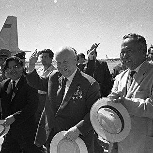 Турдакун Усубалиев встречает в аэропорту Фрунзе первого секретаря ЦК КПСС, председателя Совета Министров СССР Никиту Хрущева. 1964 год