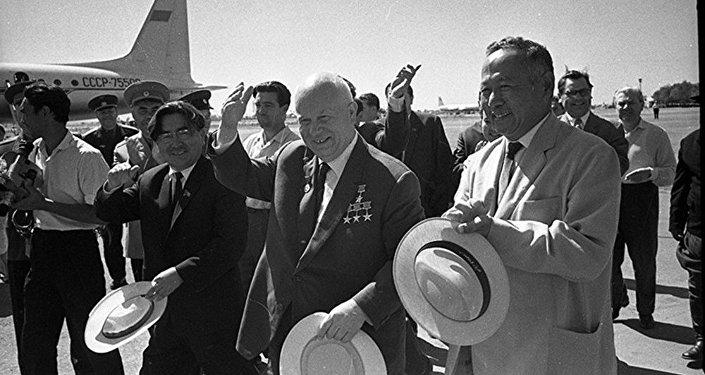 Турдакун Усубалиев  Кыргызстанга  келген  КПСС БКнын 1-катчысы, СССР  министрлер Советинин  төрагасы Никита Хрущевду  аэропорттон  тосуп алууда.