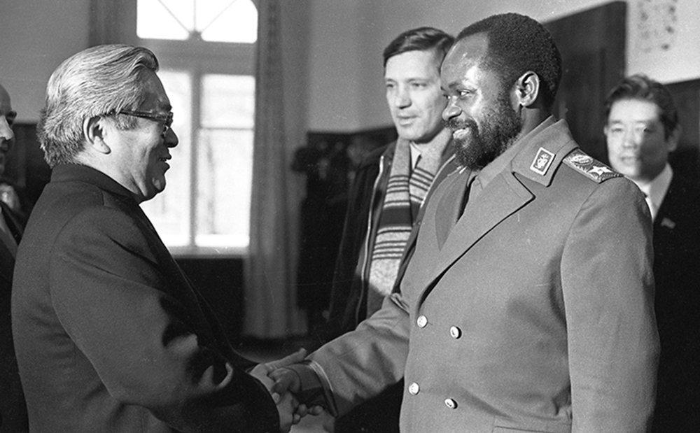 Усубалиев Мозамбиктин президенти Самора Машел менен жолугушуу учурунда