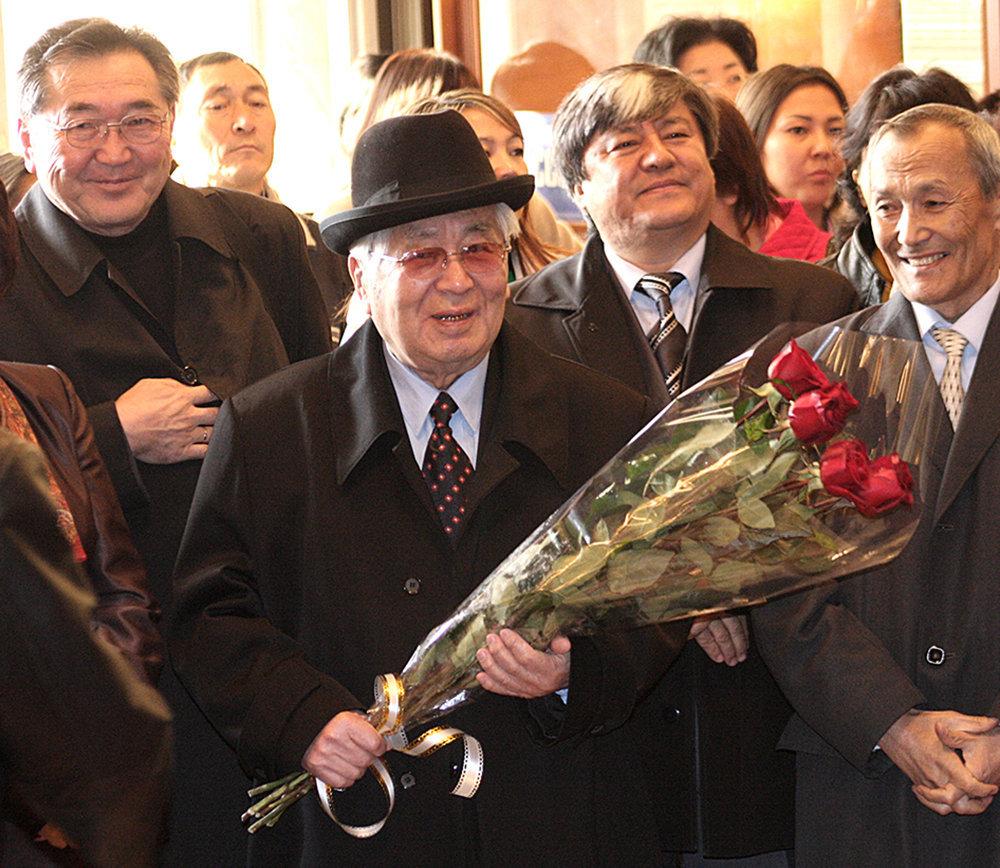 Т.У.Усубалиев с букетом