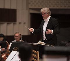 Токтогул Сатылганов атындагы улуттук филармониянын сахнасындары дирижер. Архив