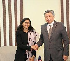 АКШнын Мамлекеттик катчысынын жардамчысы Ниша Бисвал жана Кыргызстандын Тышкы иштер министри Эрлан Абдылдаев