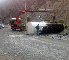 Ош – Бишкек автожолунда 110-чакырымында оодарылган күйүүчү май ташыган унаа жолдо баратып оодарылды.