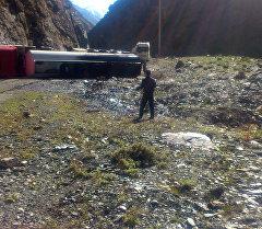 Бишкек — Ош жолунда 40 тонна жүк менен оодарылып кеткен унаа.
