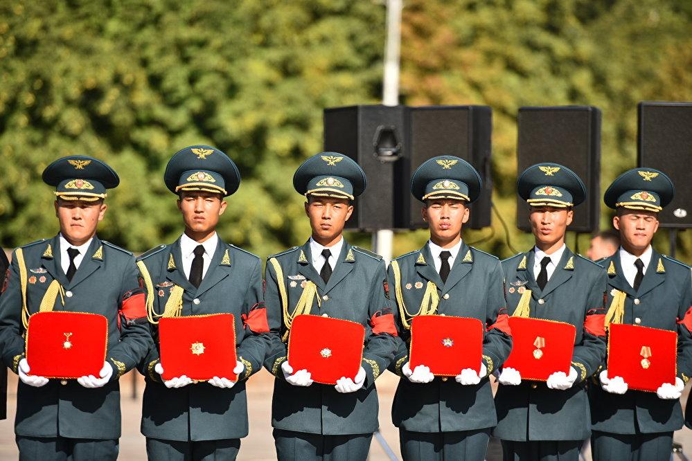 Улуттук Гвардиянын офицерлери мамлекеттик ишмердин наамдары менен