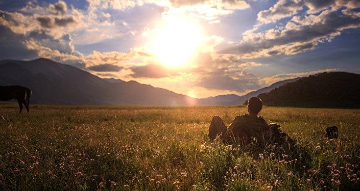 Турист любуется красивой природой Кыргызстана. Архивное фото