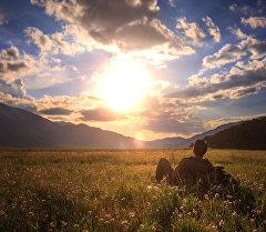 Алоолонуп баткан күн, жылдыздуу асман – малайзиялык жигиттин көзү менен