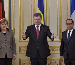 Президент Франции Франсуа Олланд, президент Украины Петр Порошенко и канцлер Германии Ангела Меркель во время встречи. Архивное фото