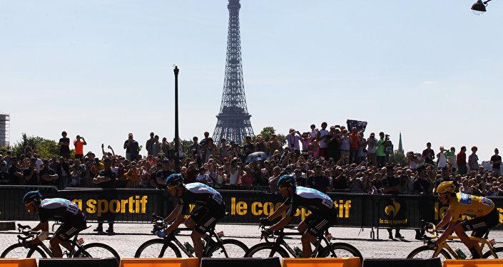 Спортсмены в в велогонке в Париже. Архивное фото
