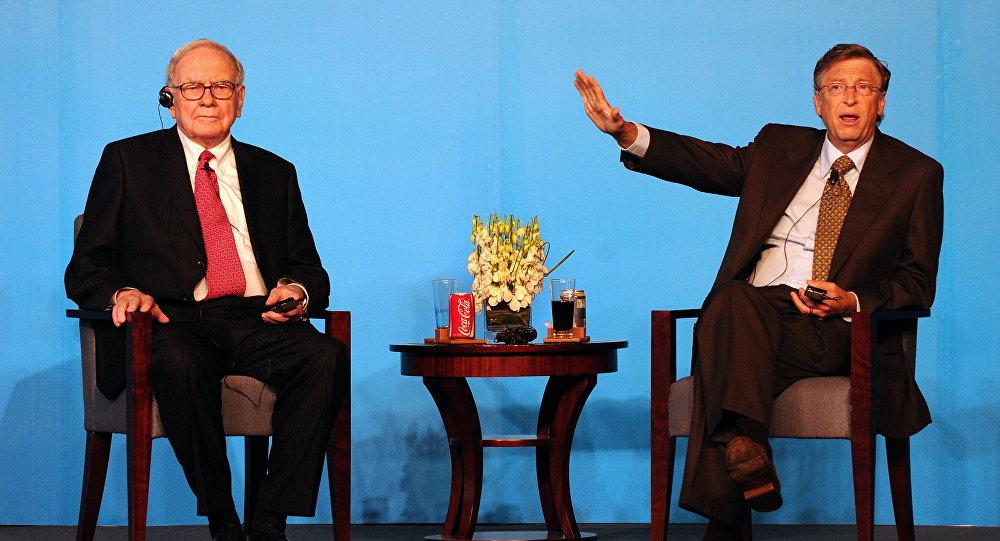 Microsoft компаниясынын негиздөөчүсү Билл Гейтс жана миллиардерлер Уоррен Баффет. Архив