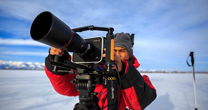 Снимающий документальные картины для ведущих телекомпаний мира Захариз Хузайма во время съемок. Архивное фото