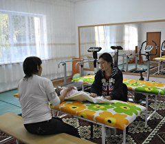 Посетители в отремонтированном лечебнице для детей с ДЦП на Иссык-Куле.
