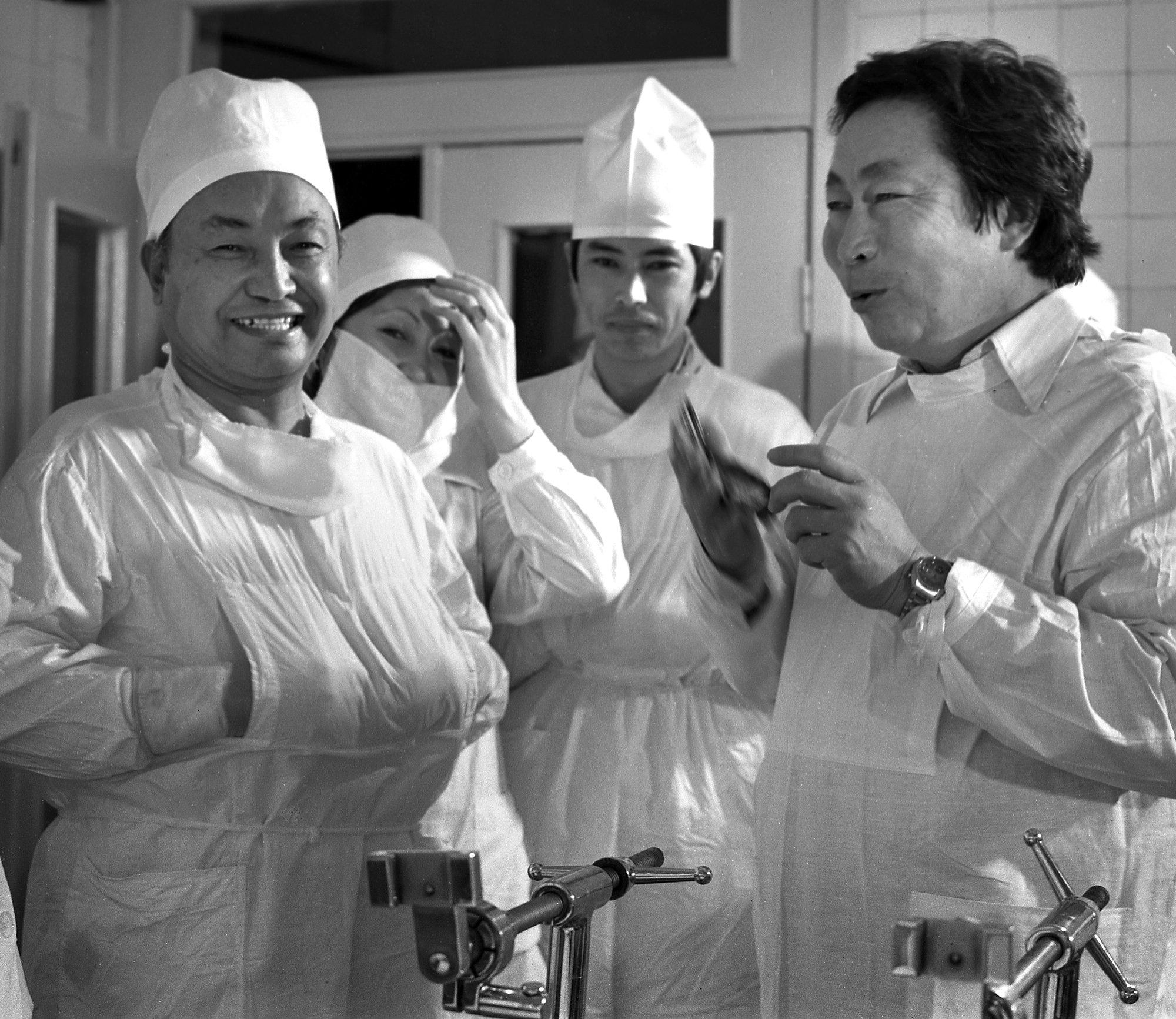 Фотография, на которой запечатлены известный хирург, Герой Кыргызской Республики Мамбет Мамакеев и не менее известный режиссер Толомуш Океев, была сделана в 1980 году во Фрунзе
