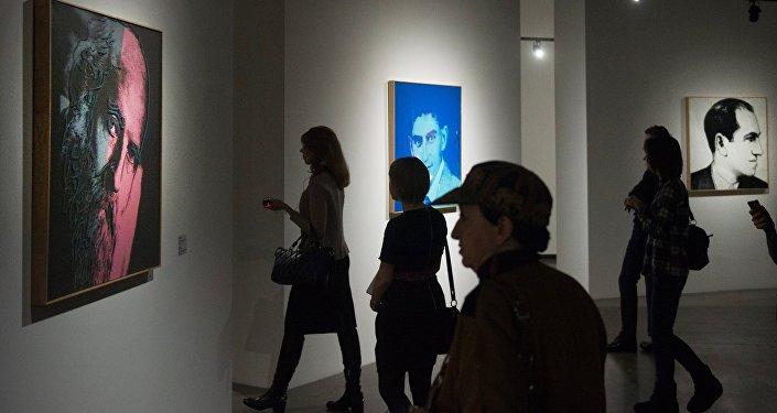 Посетители на открытии выставки Энди Уорхол: Десять знаменитых евреев ХХ века. Архивное фото
