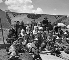 Киногруппа фильма Потомок белого барса. Архивное фото