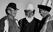 Фотография народного артиста СССР, режиссера Толомуша Океева, известного актера Орозбека Кутманалиева и великого манасчи Кабы Атабекова была сделана в 1995 году в Чуйской области в селе Байтик.