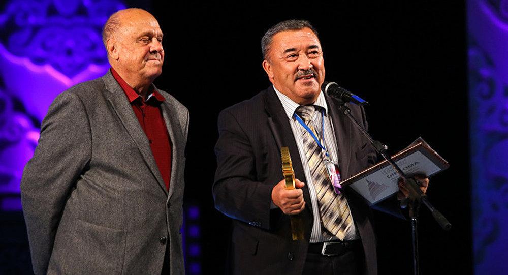 Главный приз в номинации Лучшая картина вручил председатель жюри, известный российский кинорежиссер, сценарист, обладатель премии Оскар Владимир Меньшов.