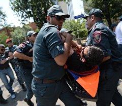 Сотрудники полиции задерживают участников акции протеста против повышения тарифов на электроэнергию в Ереване. Архивное фото