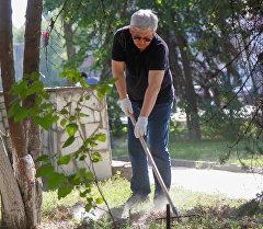 Мэр Бишкека Кубанычбек Кулматов принял участие в субботнике двора Нацбиблиотеки. Подстрижены газоны, обрезаны ветки деревьев, покрашены скамейки и вывезен мусор.