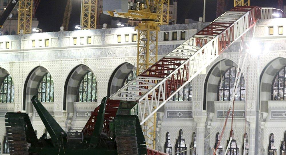 Упавший кран на мечете Аль-Харам.  Архивное фото